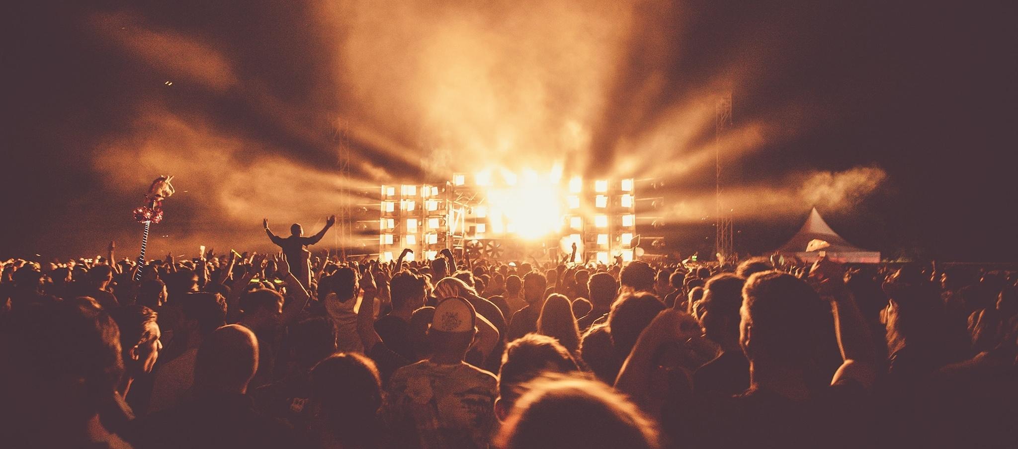 Evento musicale dal vivo che simboleggia l'affiliazione a un brand - Brand Reputation